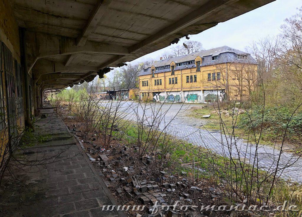 Blick von einer Rampe auf ein Gebäude der verlassenen Brauerei Sternburg