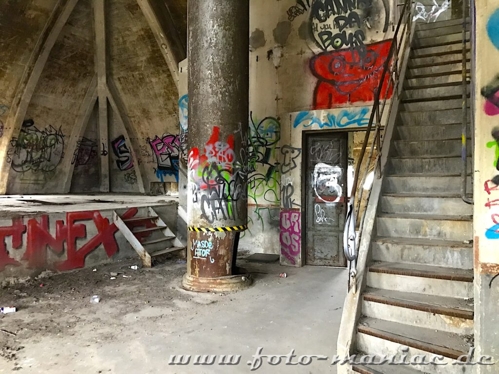 Treppe führt ins Dachgeschoss der verlassenen Brauerei Sternburg