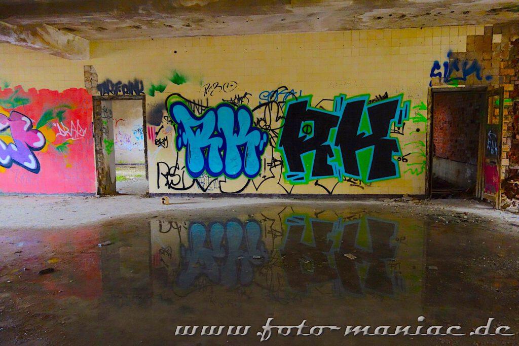 Graffiti spiegeln sich im Wasser
