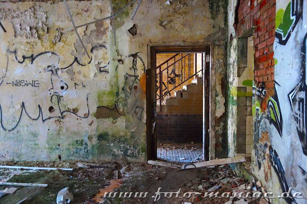 Blick durch eine Tür auf Treppe in verlassener Brauerei Sternburg