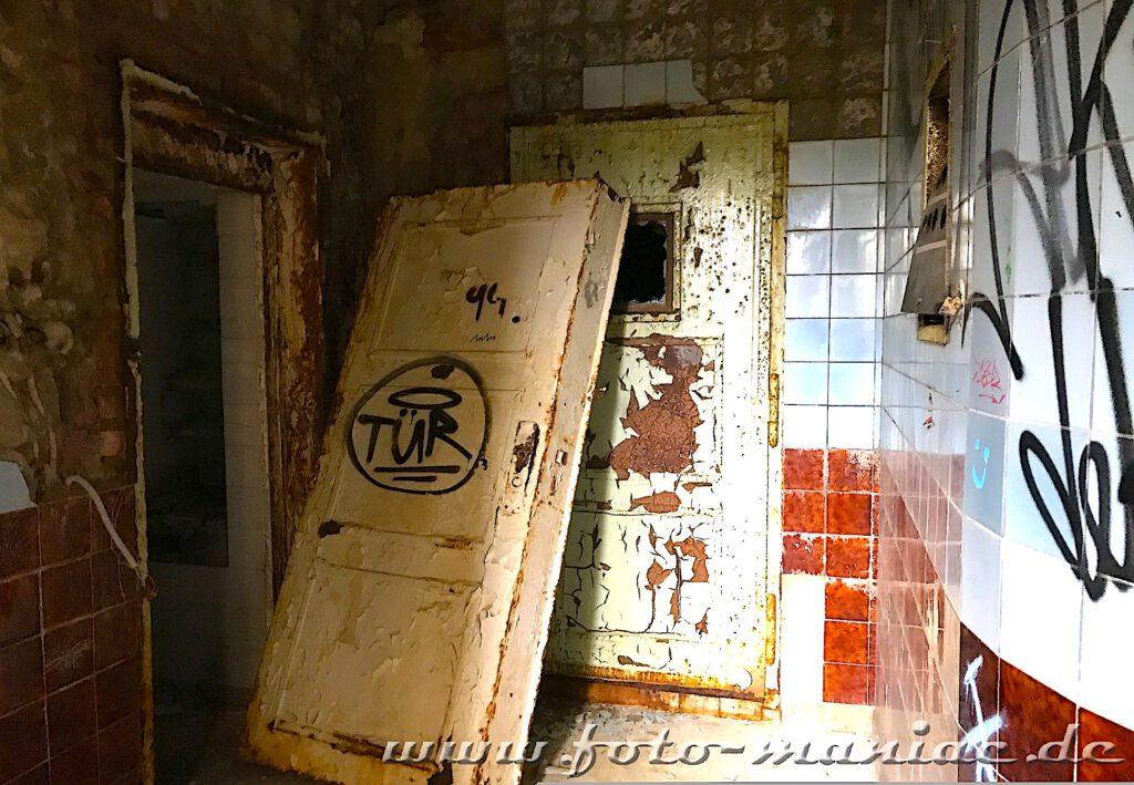 Gepanzerte Tür lehnt vor anderen Tür in der verlassenen Brauerei Sternburg