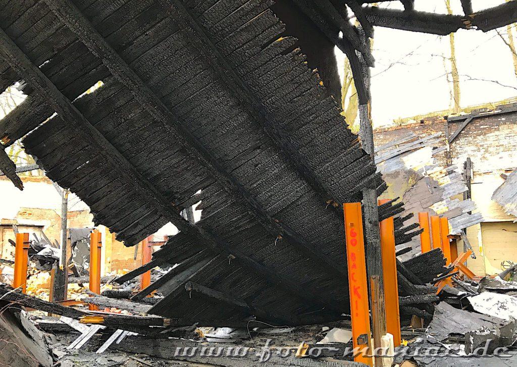 Das Dach ist nach einem Brand eingestürzt
