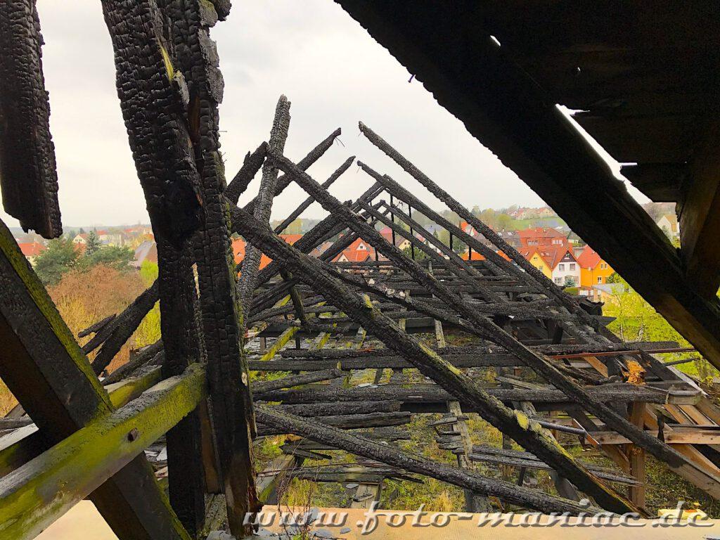Verkohlte Balken sind vom Dachgeschoss eines Gebäudes der verlassenen Brauerei Sternburg übrig