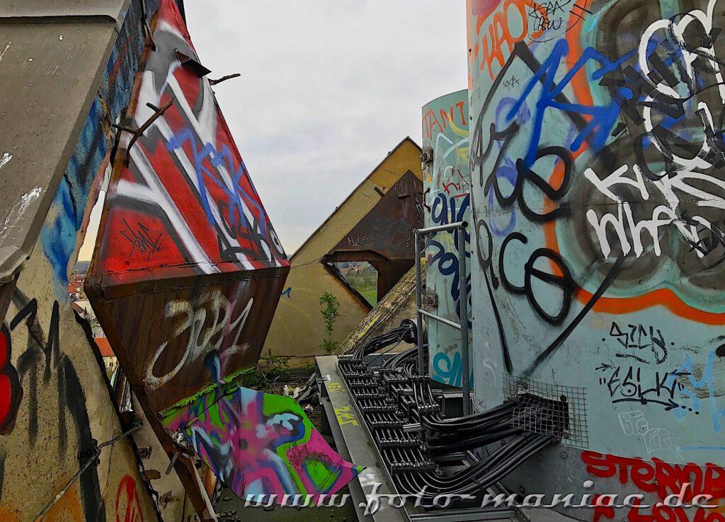 Überall Graffiti auf dem Dach des Turms der Brauerei Sternburg