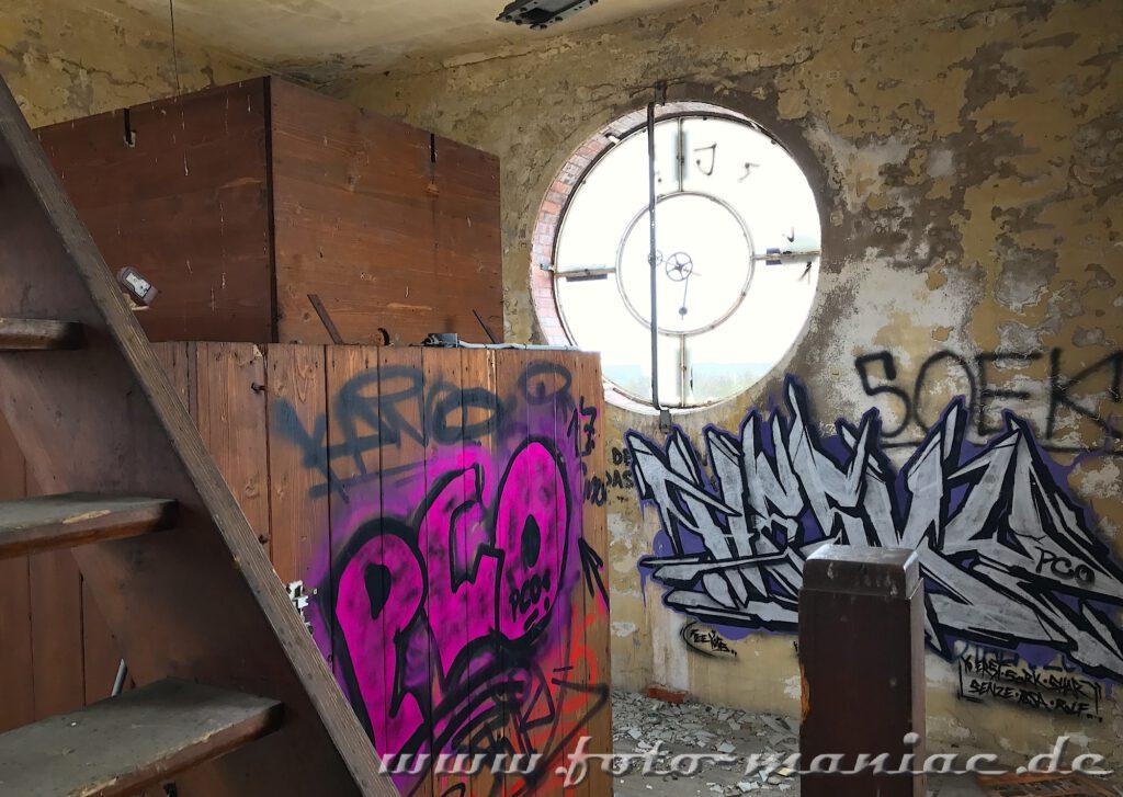 Blick auf die Reste einer Turmuhr in der verlassenen Brauerei Sternburg