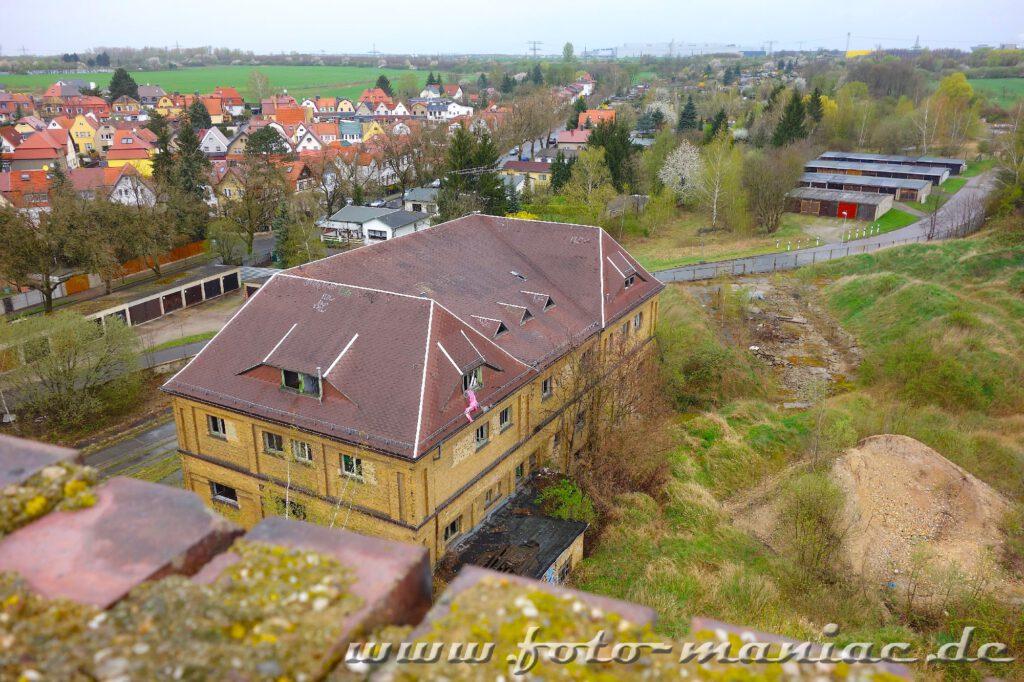 Verwaltungsgebäude der verlassenen Brauerei Sternburg, dahinter die Häuser von Lützschena