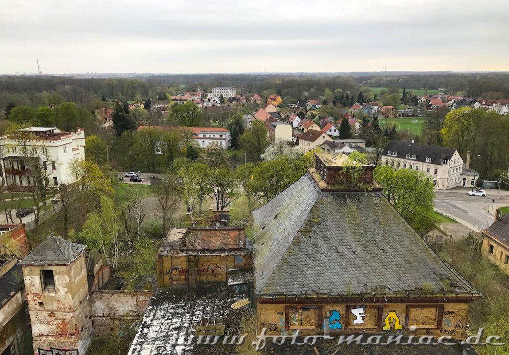 Hinter den maroden Gebäuden der Brauerei Sternburg lugen die Häuser von Lützschena hervor