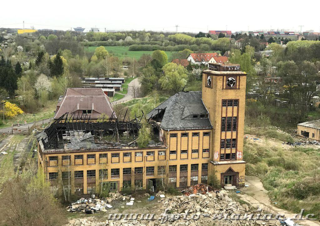 Blick auf ein marodes Gebäude der verlassenen Brauerei Sternburg