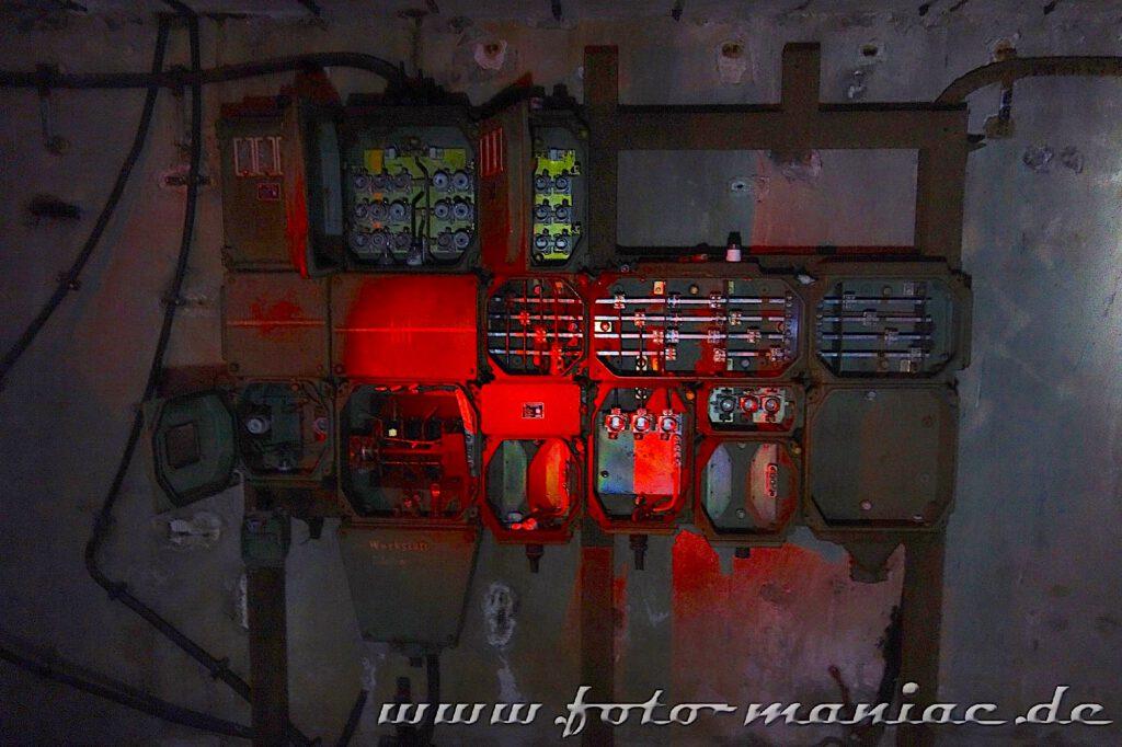 Armaturen und Stromkästen an der Wand