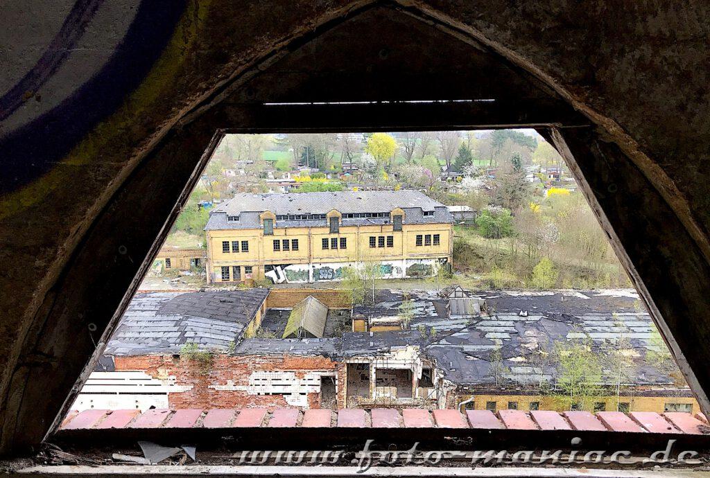 Blick aus dem Dachfenster auf marode Bausubstanz der verlassenen Brauerei Sternburg