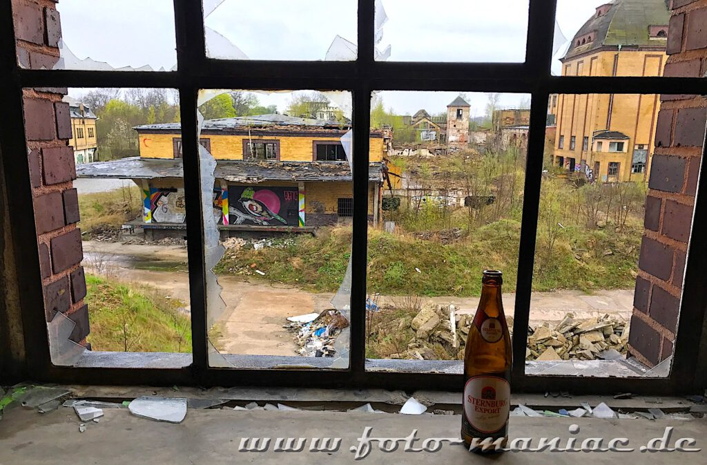 Bierflasche am Fenster der verlassenen Brauerei Sternburg steht auf dem Fensterbrett