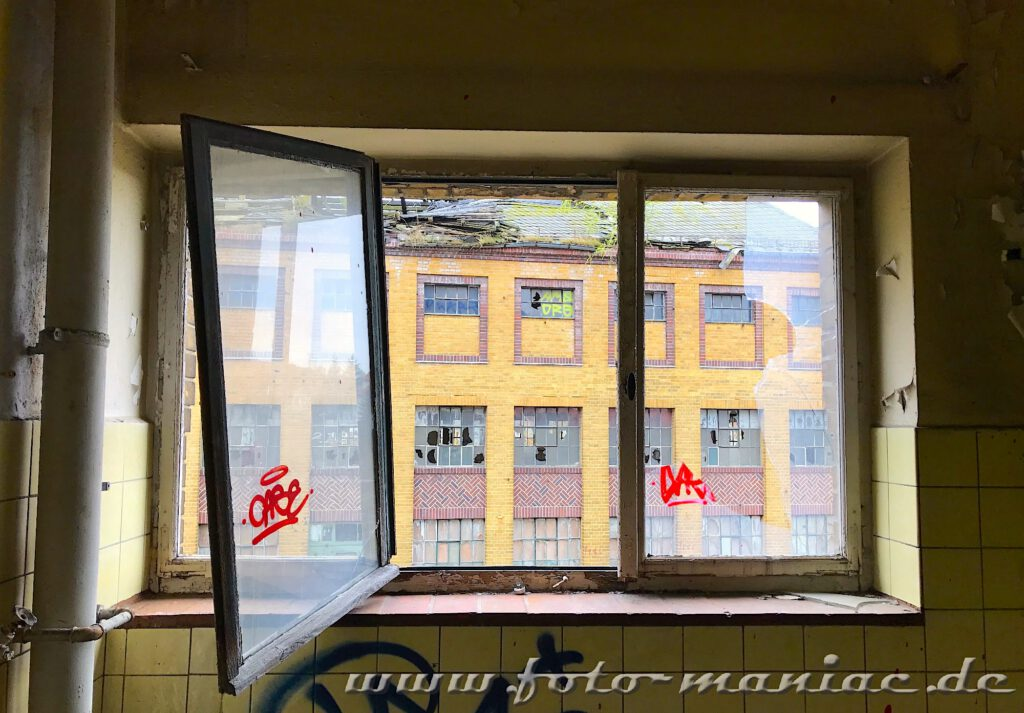 Blick aus einem Fenster auf Gebäude der verlassenen Brauerei Sternburg