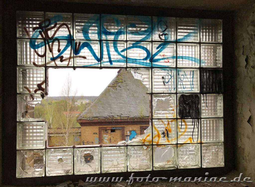 Kaputtes Fenster aus Glasbausteinen in der verlassenen Brauerei Sternburg