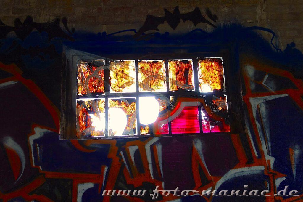 Mit Sprühfarbe verdrecktes Fenster