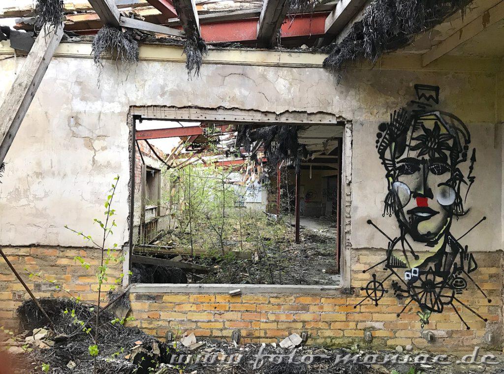 Graffitigesicht neben Fensteröffnung in der verlassenen Brauerei Sternburg