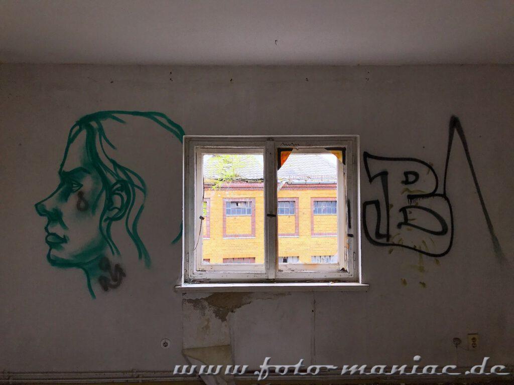 Fenster und Graffiti in der verlassenen Brauerei Sternburg