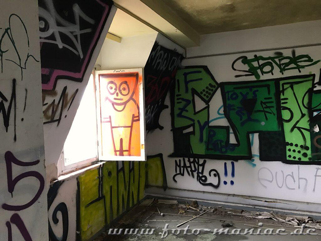 Graffiti an Wänden und Fensterscheibe in der verlassenen Brauerei Sternburg