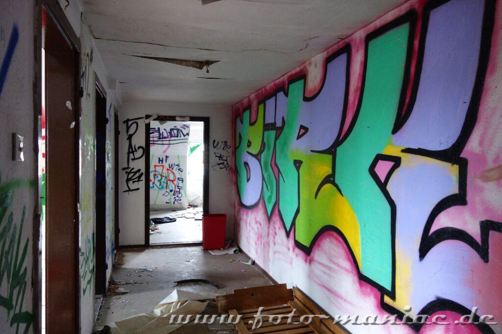 Überall an den Wänden Graffiti