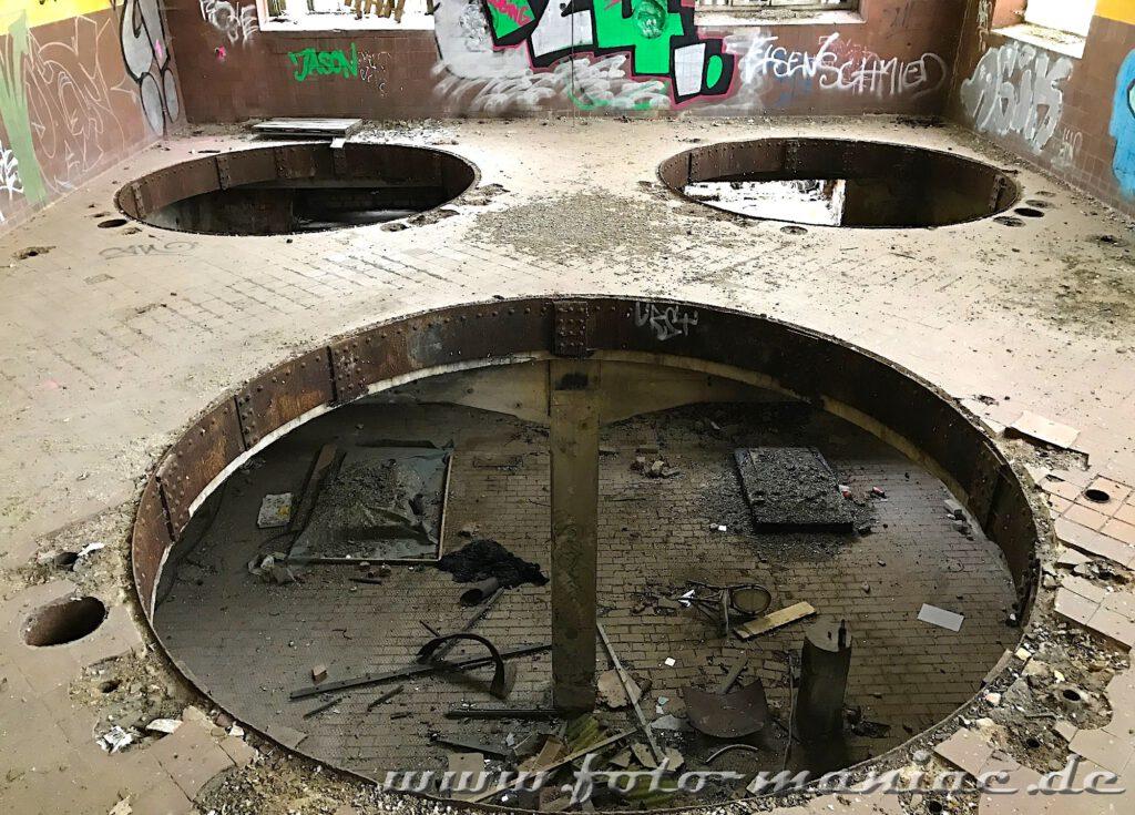 Durch die Öffnungen, wo einst die Kessel der jetzt verlassenen Brauerei Sternburg standen, kann man ins darunterliegende Geschoss schauen