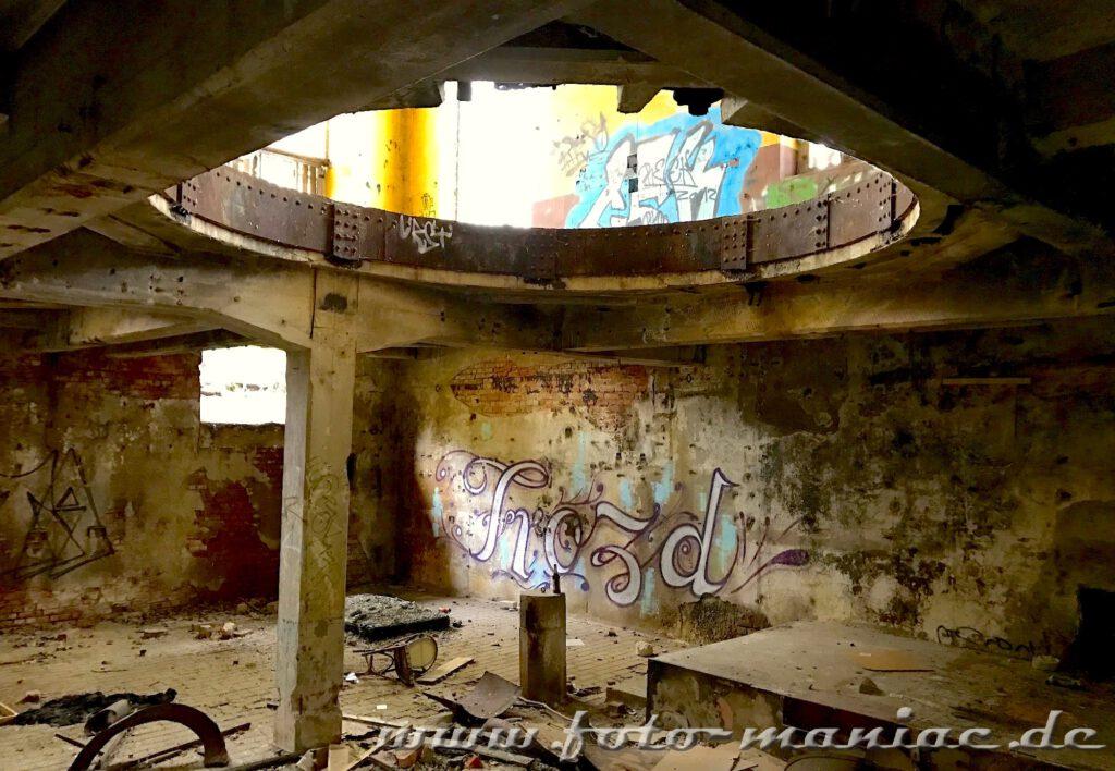 Durch die kreisrunde Öffnung geht der Blick in das darüberliegende Geschoss der verlassenen Brauerei Sternburg