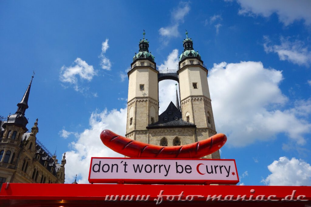Die Türme der Marktkirche verschmelzen mit einer Werbung für Bratwürste