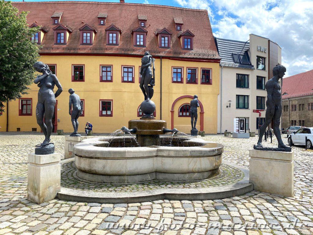 Der Generationenbrunnen auf dem Domlatz in Halle