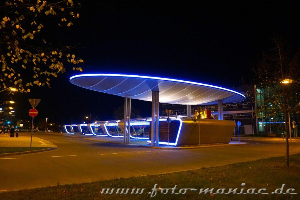 Wie ein gestrandetes Ufo sieht der beleuchtete Busbahnhof bei Nacht aus und gehört zu den fotogenen Ecken in Halle