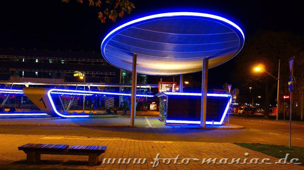Der beleuchtete Busbahnhof gehört zu den fotogenen Ecken in Halle