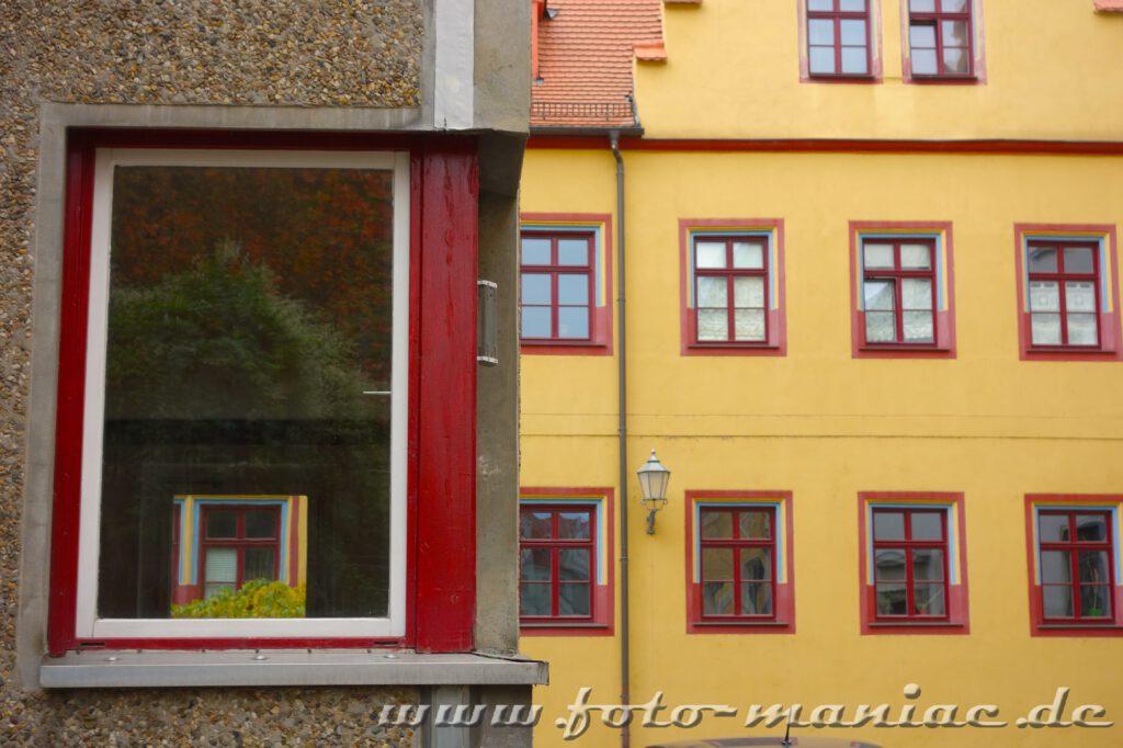 Unterschiedliche Fenster am Domplatz