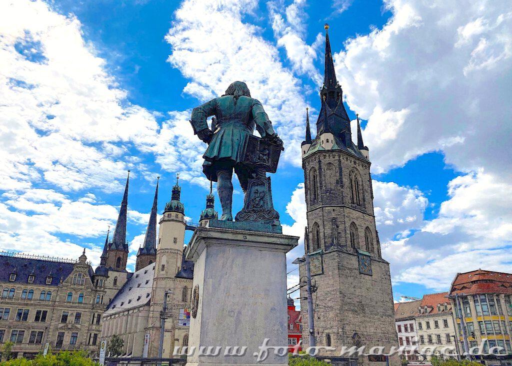 Fotogene Ecken: Händel-Denkmal vor den Türmen der Marktkirche und dem Roten Turm gehört zu den fotogenen Ecken in Halle