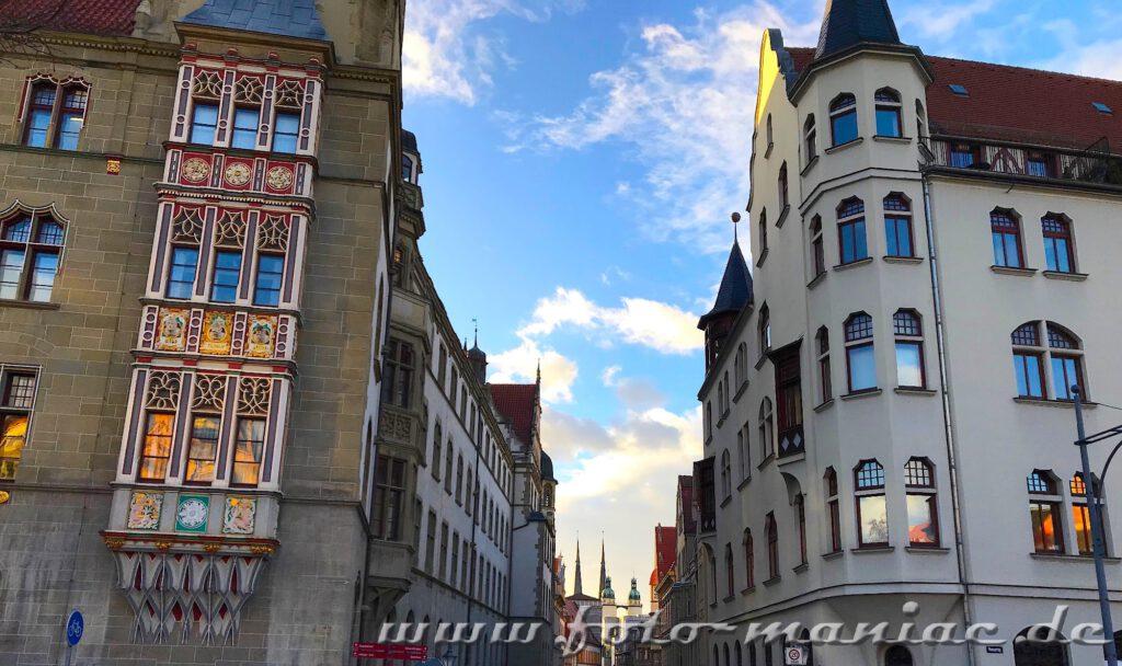 Blick am Landgericht Halle vorbei auf die Türme der Marktkirche