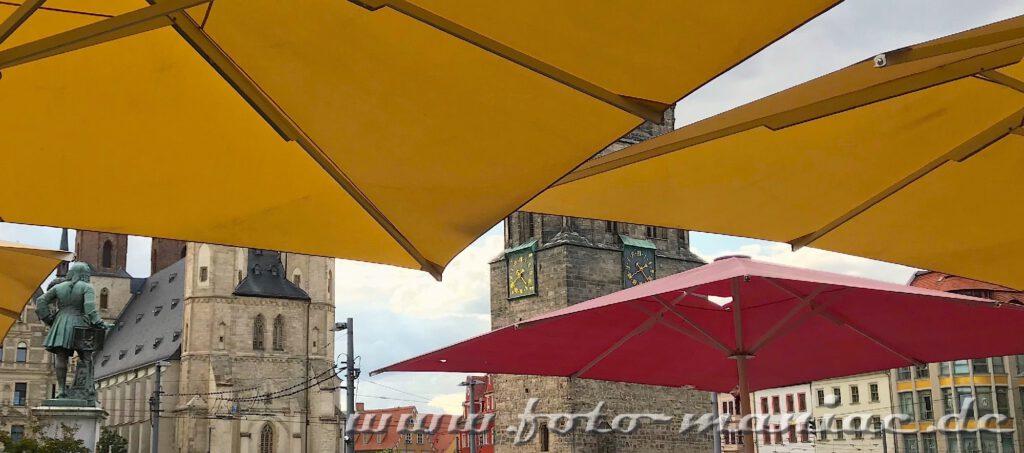 Roter Turm, Händel und Marktkirche lugen unter Sonnenschirmen vor und gehören zu den fotogenen Ecken