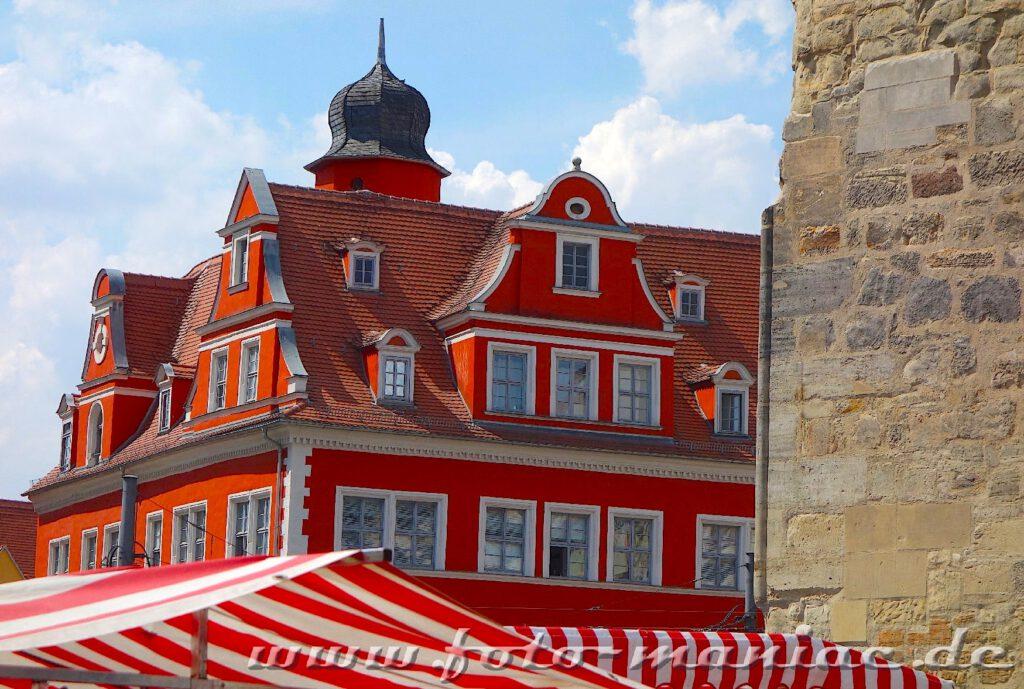 Das Marktschösschen strahlt in kräftigem Rot und gehört zu den fotogenen Ecken in Halle