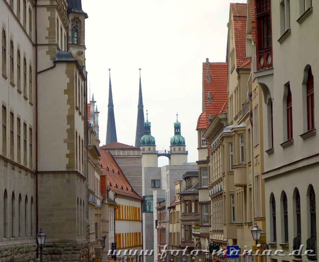 Blick vorbei an den Fassaden zu den Türmen der Marktkirche