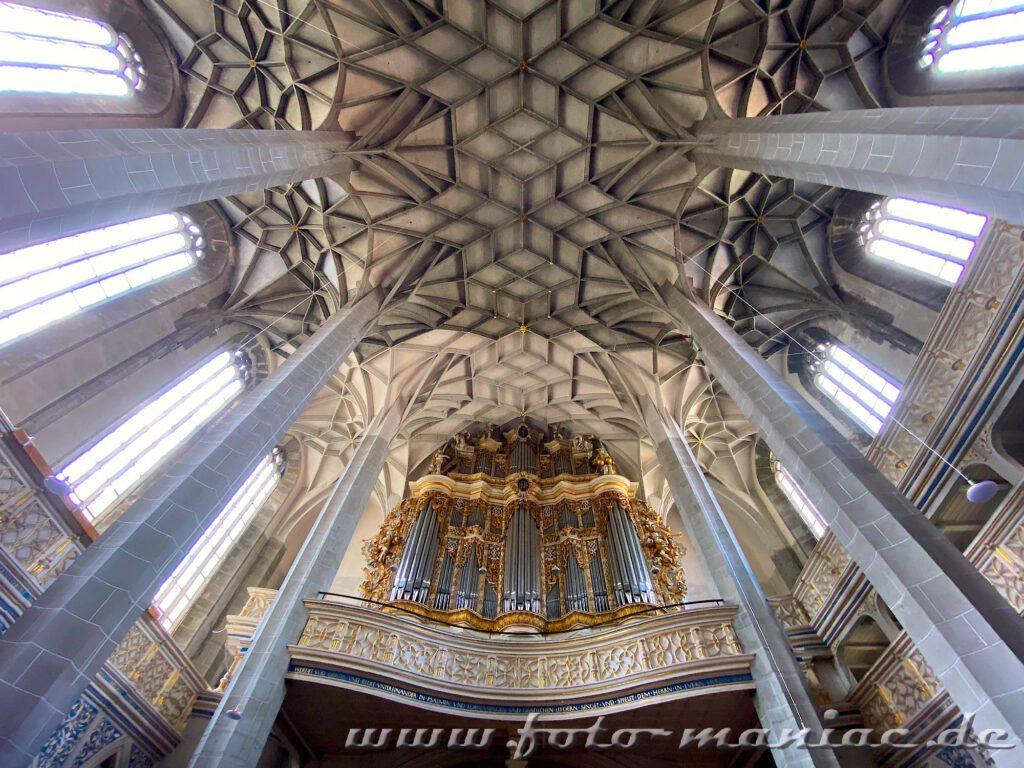 Herrliches Deckengewölbe und Organ in der Marktkirche - fotogene Ecken in Halle