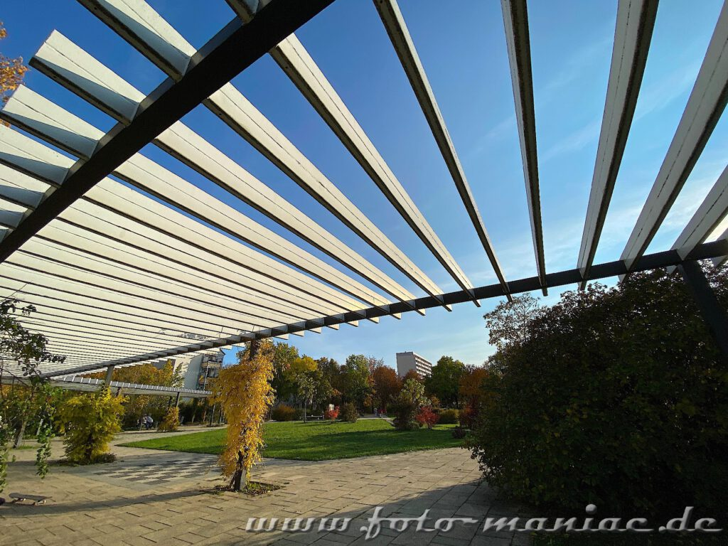 Dach über einem Spazierweg im Pestalozzipark