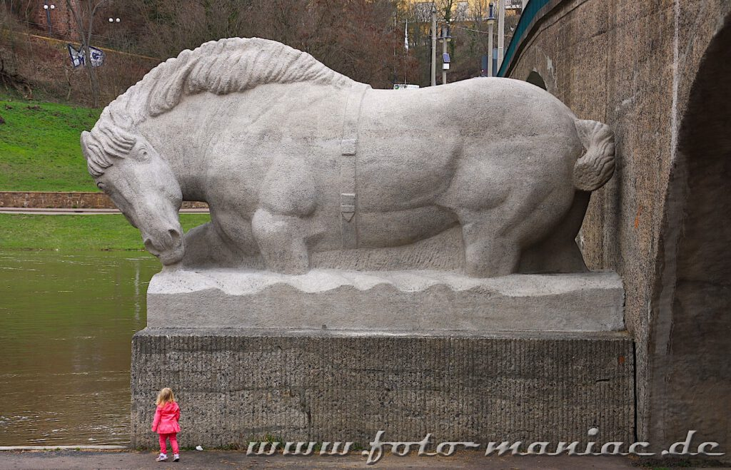 Fotogene Ecken in Halle - dazu zählt auch das steinerne Pferd an der Giebichensteinbrücke