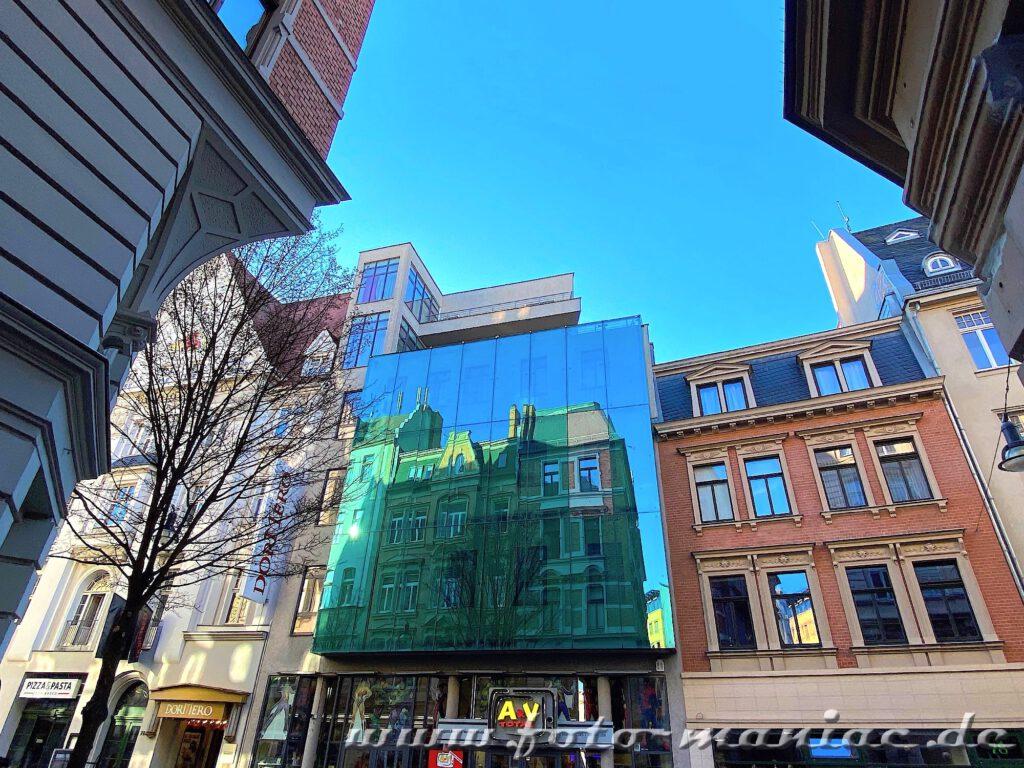 Gebäude spiegelt sich in einer Glasfassade