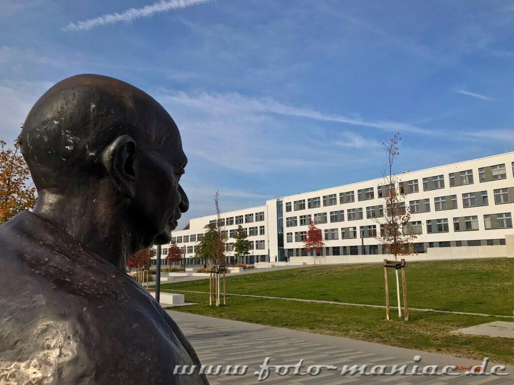 Büste von Mahatma Gandhi vor dem Uni-Gebäude