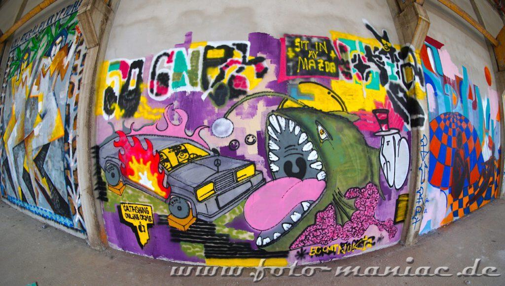 Ein Wal mit offenem Maul - Graffiti im Sportkomplex
