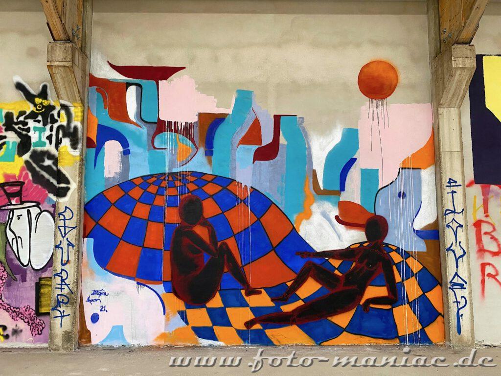 Zwei Frauen auf Graffiti in der Turnhalle