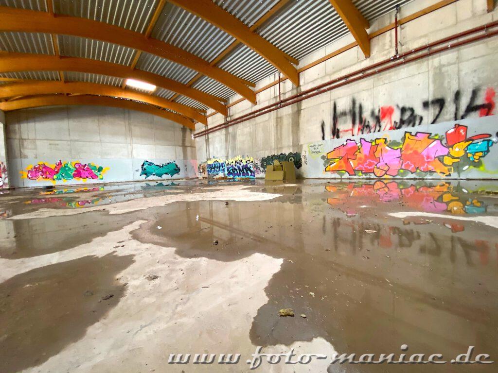 Graffiti spiegeln sich in Pfützen