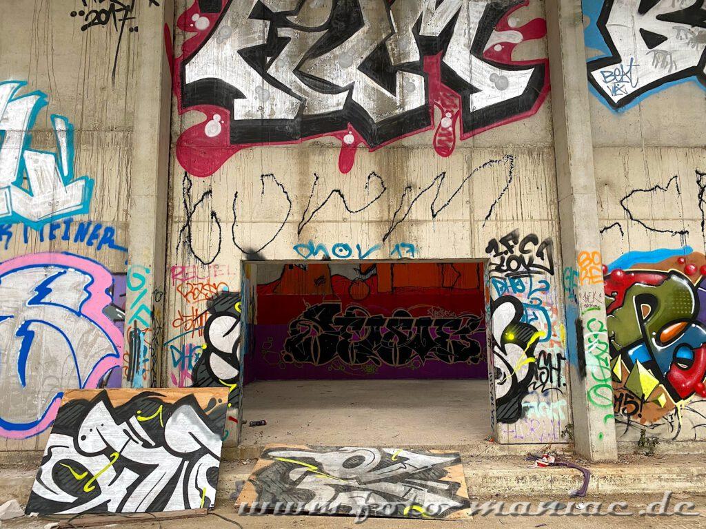 Graffiti-Wände in einer Sporthalle