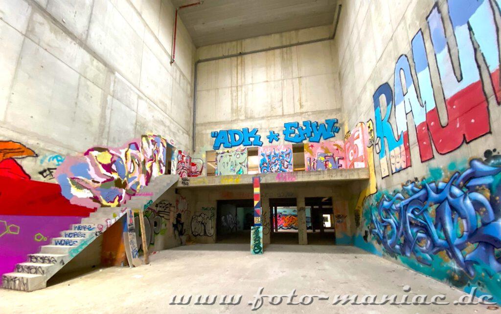 Die Wände der Sporthalle sind mit Graffiti besprüht