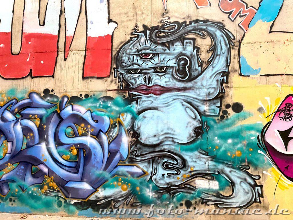 Gesicht mit drei Augen - Graffiti im Sportkomplex
