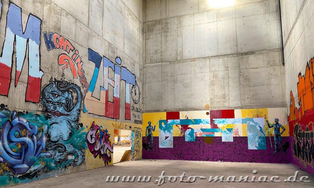 Bunte Graffiti-Wände in der Sporthalle