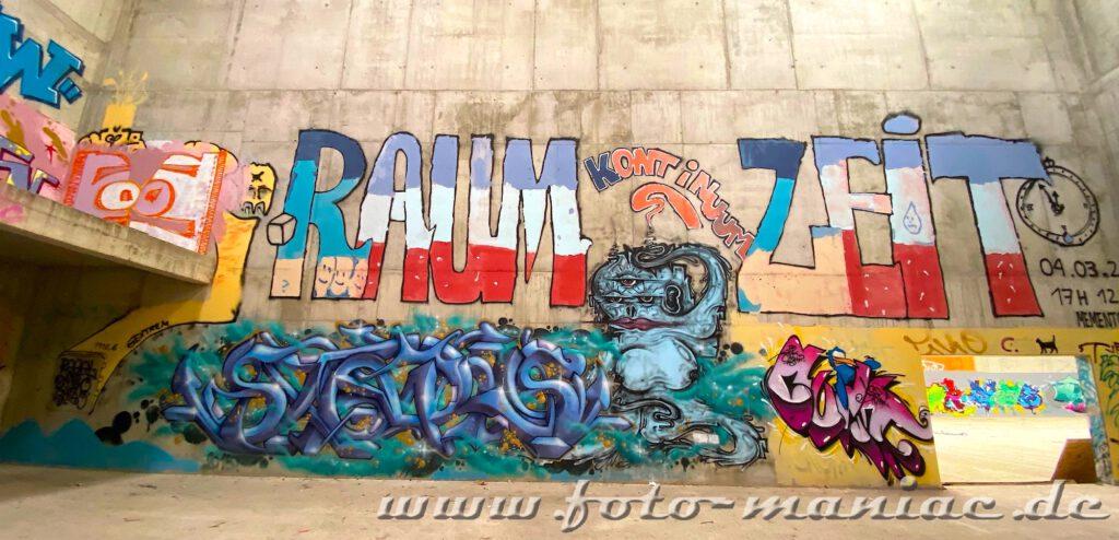 Graffit auf blanken Betonwänden