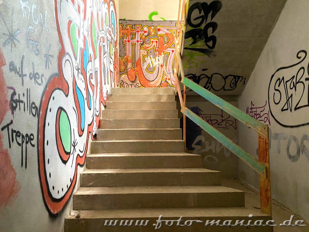 Betontreppe mit bemalten Wänden