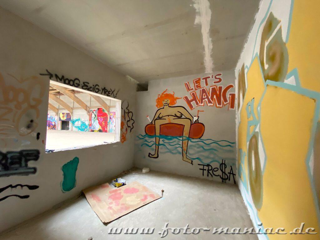 Graffit im Sportkomplex - Frau auf Schwimmreifen