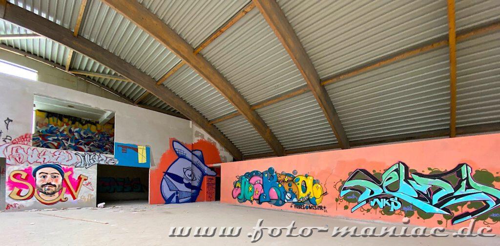 Blick in eine Sporthalle mit Graffiti-Wänden